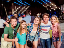 Adolescentes en el festival de música del verano que se divierte Imagen de archivo libre de regalías