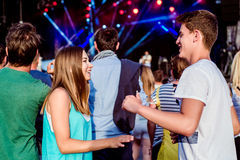 Adolescentes en el festival de música del verano que se divierte, bailando Imagen de archivo