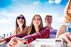 Adolescentes en el festival de música del verano que se gozan Imagenes de archivo
