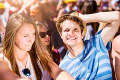 Adolescentes en el festival de música del verano que se gozan Imágenes de archivo libres de regalías