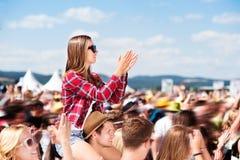 Adolescentes en el festival de música del verano que se gozan Fotografía de archivo