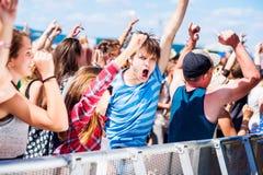 Adolescentes en el festival de música del verano que tiene buen tiempo Imagen de archivo