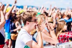 Adolescentes en el festival de música del verano que tiene buen tiempo Foto de archivo