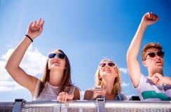 Adolescentes en el festival de música del verano que tiene buen tiempo Fotografía de archivo