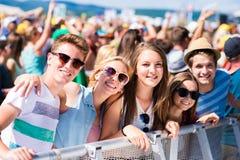 Adolescentes en el festival de música del verano que tiene buen tiempo Fotos de archivo
