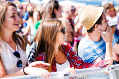 Adolescentes en el festival de música del verano que tiene buen tiempo Imágenes de archivo libres de regalías