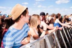 Adolescentes en el festival de música del verano que tiene buen tiempo Imagenes de archivo
