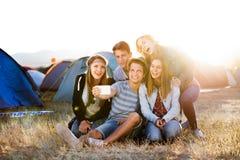 Adolescentes en el festival de música del verano, tomando el selfie con el smartphon Fotos de archivo libres de regalías