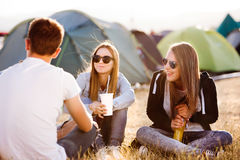 Adolescentes en el festival de música que descansa, comiendo y bebiendo Imagen de archivo