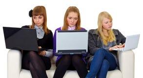 Adolescentes en el Internet Foto de archivo