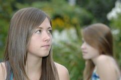 Adolescentes en el jardín Foto de archivo