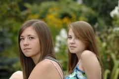 Adolescentes en el jardín Fotografía de archivo libre de regalías
