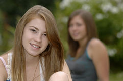 Adolescentes en el jardín Imagen de archivo libre de regalías