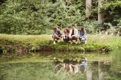 Adolescentes en el lago Vacaciones de verano Fotos de archivo