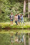 Adolescentes en el lago Vacaciones de verano Imágenes de archivo libres de regalías