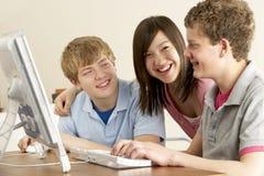 Adolescentes en el ordenador en el país Imágenes de archivo libres de regalías
