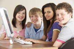 Adolescentes en el ordenador en el país Fotos de archivo libres de regalías