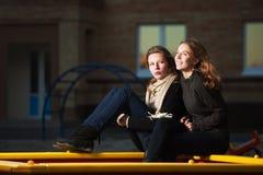 Adolescentes en el patio Fotografía de archivo libre de regalías