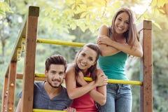 Adolescentes en el patio Imagenes de archivo