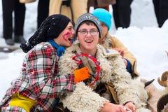 Adolescentes en festival tradicional del traje de Kukeri del búlgaro Imagen de archivo libre de regalías