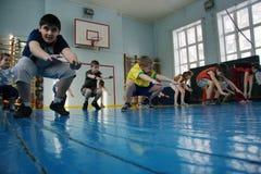 Adolescentes en la escuela en clase de la gimnasia Imagen de archivo libre de regalías