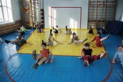 Adolescentes en la escuela en la educación física Imagen de archivo libre de regalías