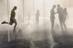 Adolescentes en la fuente en el día de verano caliente Foto de archivo