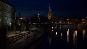 Adolescentes en la noche en la opinión de Wroclaw de la catedral metrajes