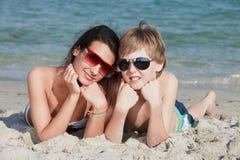 Adolescentes en la playa Fotografía de archivo libre de regalías