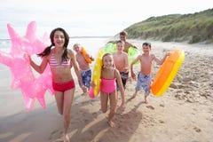 Adolescentes en la playa Fotos de archivo