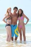 Adolescentes en la playa Foto de archivo