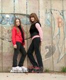 Adolescentes en la presentación de los pcteres de ruedas al aire libre Foto de archivo libre de regalías