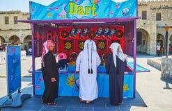 Adolescentes en la radio de tiro, Souq Waqif, Doha, Qatar Foto de archivo libre de regalías