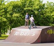 Adolescentes en las bicicletas Imagen de archivo