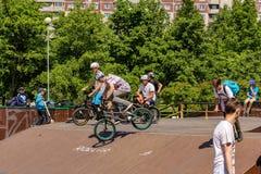 Adolescentes en las bicicletas Imágenes de archivo libres de regalías