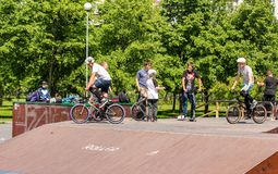 Adolescentes en las bicicletas Foto de archivo libre de regalías