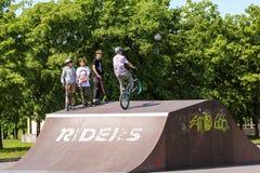 Adolescentes en las bicicletas y las vespas Fotografía de archivo