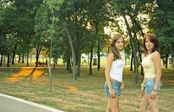 Adolescentes en parque Imágenes de archivo libres de regalías