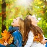 Adolescentes en parque del otoño Imagen de archivo libre de regalías