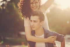 Adolescentes en parque en la puesta del sol Fotografía de archivo