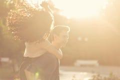 Adolescentes en parque en la puesta del sol Foto de archivo libre de regalías