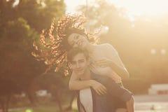 Adolescentes en parque en la puesta del sol Imagen de archivo