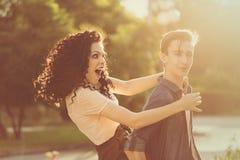 Adolescentes en parque en la puesta del sol Foto de archivo