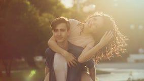 Adolescentes en parque en la puesta del sol Fotos de archivo
