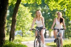 Adolescentes en paseo de la bicicleta Foto de archivo libre de regalías