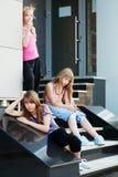 Adolescentes en pasos de progresión Foto de archivo libre de regalías