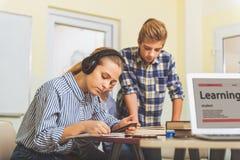 Adolescentes en sala de clase moderna en la lección Imagen de archivo libre de regalías