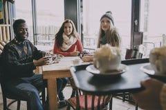 Adolescentes en un café en invierno Imagen de archivo libre de regalías