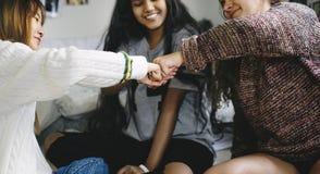 Adolescentes en un concepto de la amistad del puño del dormitorio que topa Fotografía de archivo libre de regalías