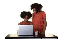Adolescentes en un ordenador Fotografía de archivo